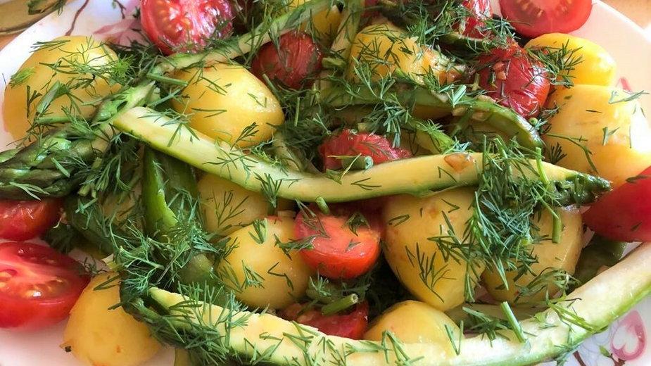 Młode ziemniaki z koperkiem, szparagami i pomidorami koktajlowymi