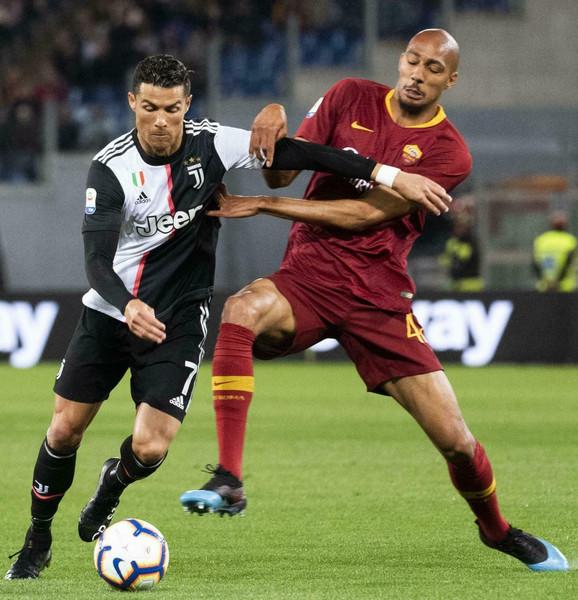 Kristijano Ronaldo u duelu sa igračem Rome, Stivenom N'Zonzijem