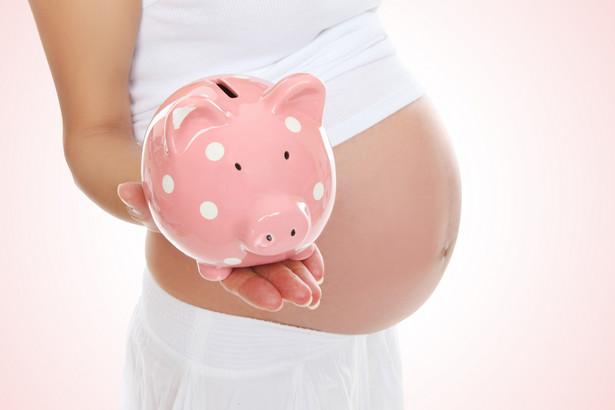 Kobieta w ciąży ze skarbonką