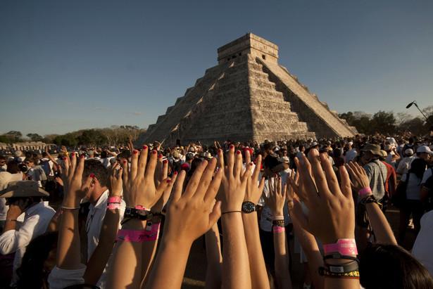 Setki ludzi wzięły udział w obchodach równonocy wiosennej w strefie archeologicznej Chichen Itza na Jukatanie w Meksyku. Wierzą, że tego dnia duchy przodków i siły kosmiczne są powoływane w celu oczyszczenia ciała i duszy. EPA/PAP