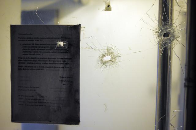 Tragovi hitaca u zgradi na Novom Beogradu