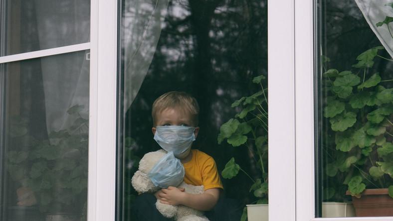 Dziecko w maseczce, kwarantanna, Covid-19