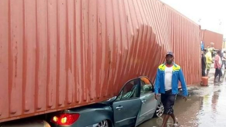 Another container fell in Apapa and crushed two cars. (Twitter/Toba Samuel)