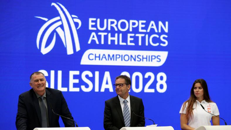 Od lewej: Dobromir Karamarinow p.o. prezydenta European Athletics - europejskiego stowarzyszenia skupiającego narodowe federacje lekkoatletyczne, Dyrektor Generalny European Athletics Christian Milz oraz rekordzistka Polski w rzucie oszczepem Maria Andrejczyk podczas konferencji prasowej, na Stadionie Śląskim