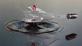 Co się dzieje z kroplą wody, gdy przecina ją pocisk?