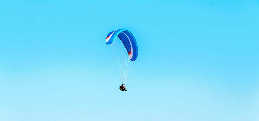 Groźny wypadek w Wielkopolsce. Paralotniarz spadł na ziemię