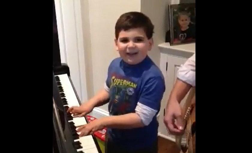 Autystyczny 6-latek pięknie gra na pianinie