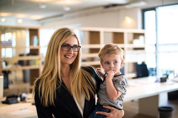 Za czas 32-tygodniowego urlopu rodzicielskiego przysługuje zasiłek macierzyński z ubezpieczenia społecznego.