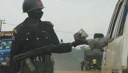 A policeman reportedly kills a motorist because of a bribe.