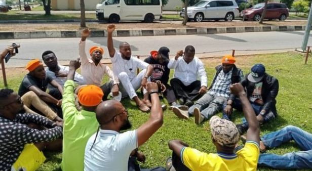 Sowore supporters protested at the headquarters of the DSS, after the security agency refused to release him. [TheCable]