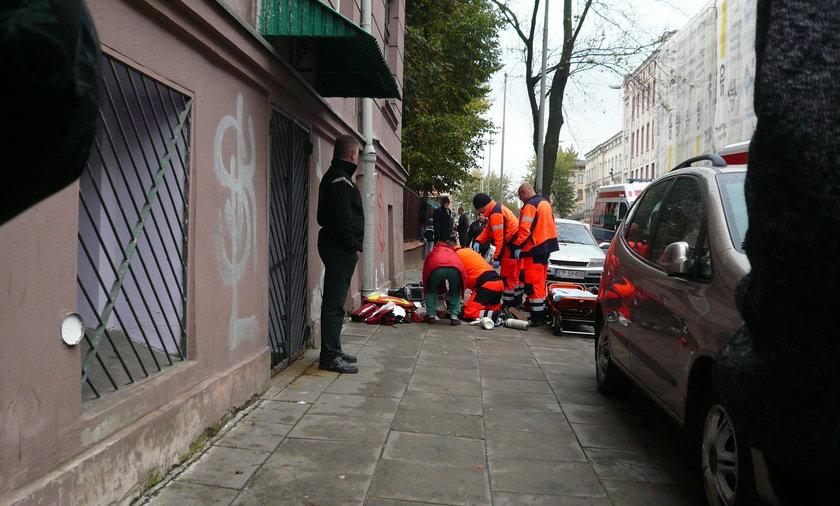 Śmierć kobiety na ulicy w Łodzi. Ratownicy pogotowia ratunkowego reanimowali kobietękilkadziesiąt minut