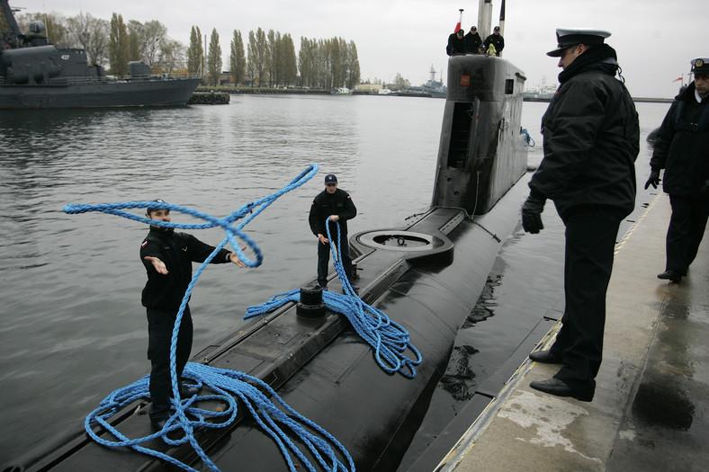 """Okręt podwodny ORP """"Bielik"""" wypływa z portu wojennego w Gdyni, 28 bm. ORP """"Bielik"""" weźmie udział w jednej z najważniejszych operacji NATO - antyterrorystycznej akcji Active Endeavour - na Morzu Śródziemnym. (aw/kru) PAP/Adam Warżawa"""
