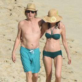 Paul McCartney z żoną Nancy na plaży