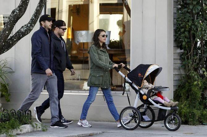 Ešton Kučer i Mila Kunis sa ćerkom Vajat i prijateljem pre nekoliko dana u Nju Orleansu