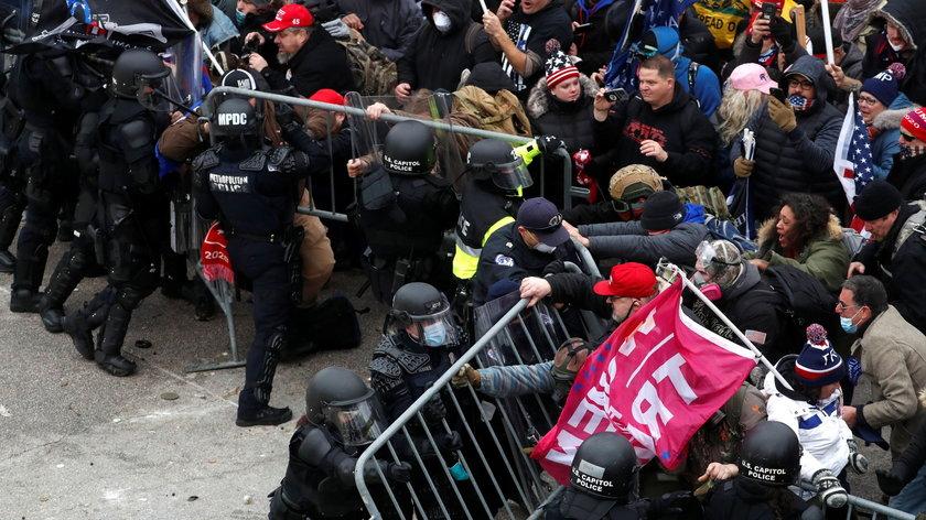 Zamieszki w USA. Zwolennicy Trumpa wtargnęli do Kapitolu! Starcia z policją. Cztery osoby nie żyją