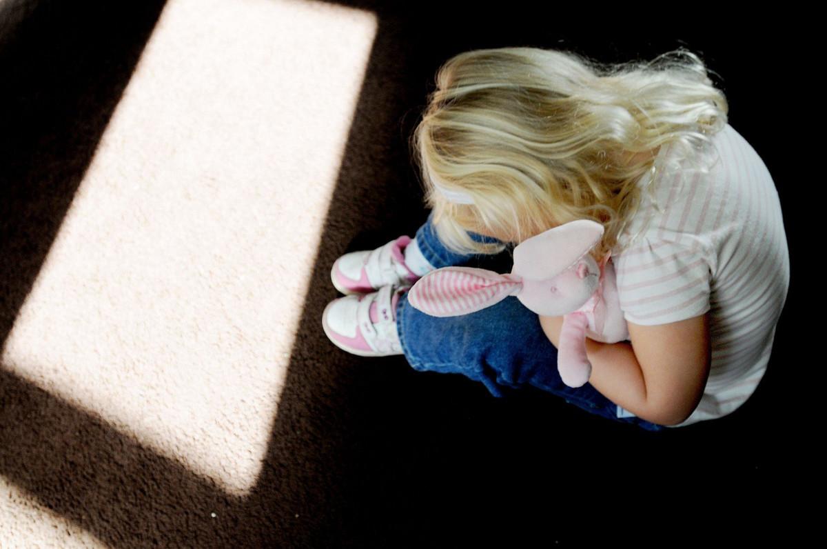 Otac silovao dve maloletne cerke 800 puta za SEST GODINA, majka tvrdi da nista nije primecivala
