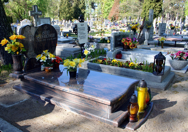 Spór między dwiema kobietami toczył się wokół nagrobka posadowionego zbyt ciasno pomiędzy istniejącymi grobami na dobromiejskim cmentarzu.