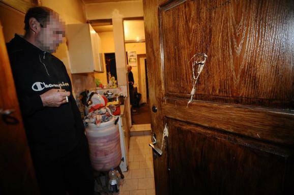 Napadač je prethodno sekirom razvalio vrata kuće