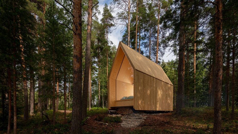 Drewniany domek w fińskim lesie. Idealny dla fanów minimalizmu!
