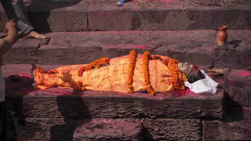 Ceremonia pogrzebowa w Kathmandu w świątyni Pashupatinath nad świętą rzeką Bagmati