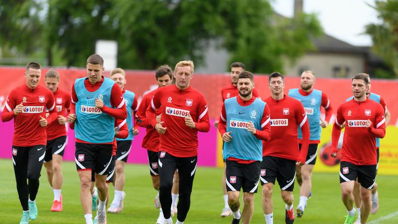 Zawodnicy piłkarskiej reprezentacji Polski Piotr Zieliński (L), Przemysław Płacheta (2L), Jan Bednarek (3L), Kamil Jóźwiak (4L), Bartosz Bereszyński (5L), Kamil Glik (C), Mateusz Klich (4P), Robert Lewandowski (3P), Tymoteusz Puchacz (2P) i Jakub Świerczok (P) podczas treningu kadry w Opalenicy