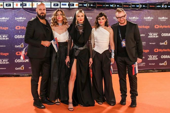 Nevena Božović sa svojim muzičkim timom na ceremoniji otvaranja Evrovizije