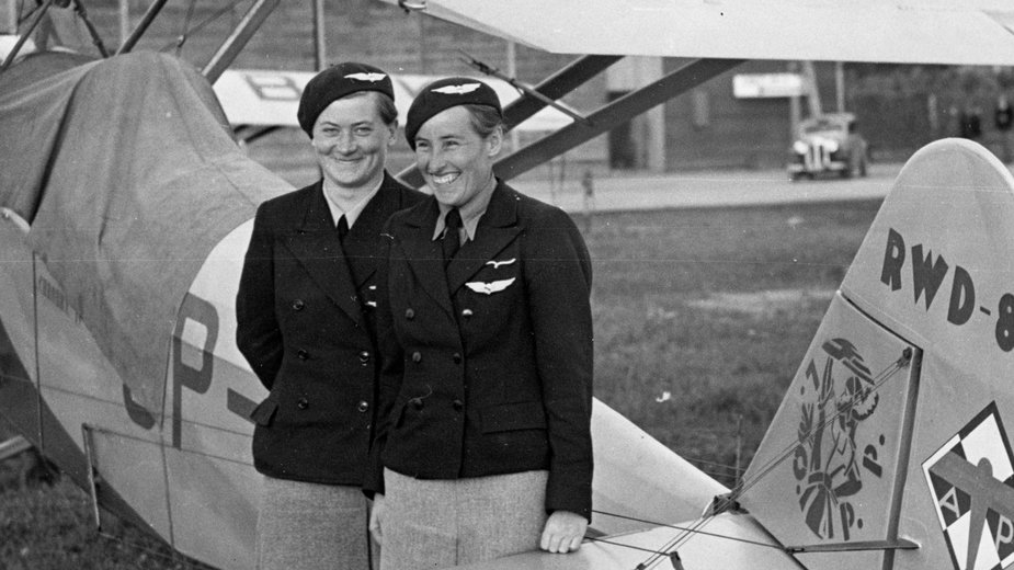 Pilot Wanda Modlibowska (z prawej) i pilot Ewa Korczyńska przy samolocie RWD-8 ufundowanym przez Ligę Obrony Powietrznej i Przeciwgazowej