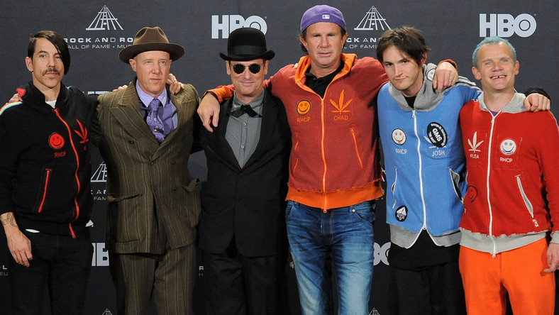 Red Hot Chili Peppers. Od lewej: Anthony Kiedis, Jack Irons, Cliff Martinez, Chad Smith, Josh Klinghoffer, Flea