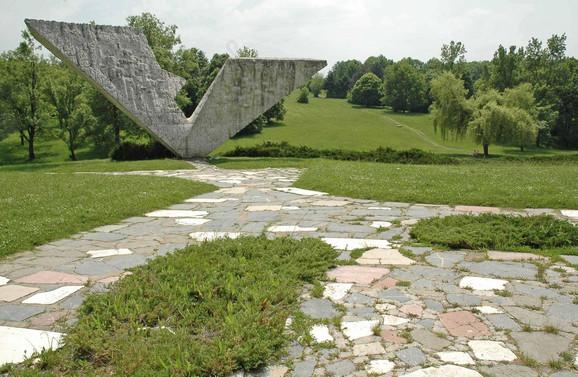 U Šumaricama je uređen samo deo oko spomenika streljanim đacima