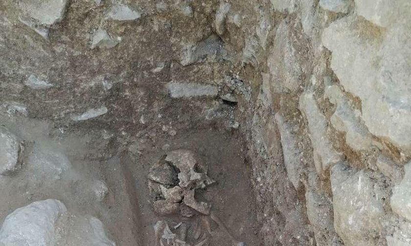 """Włochy: Wykopali szczątki """"wampira z Lugnano"""". 10-latek miał kamień w ustach"""