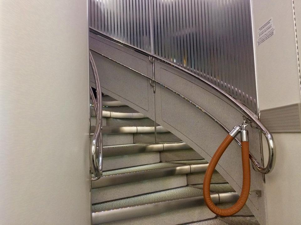 Na drugi pokład można dostać się schodami.