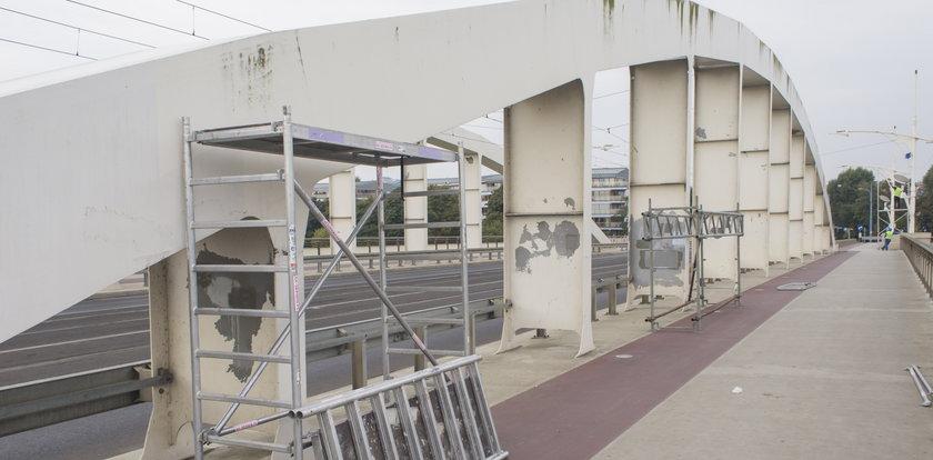 Malują łuki na moście Rocha