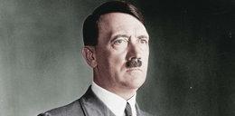 Usunięto figurę Hitlera. Ludzie robili sobie z niązdjęcia na tle obozu