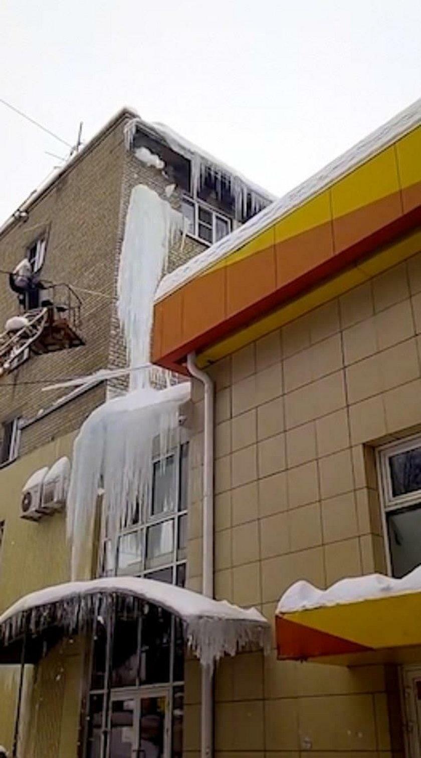 Rosja: Mieli odśnieżyć dach. Coś poszło nie tak