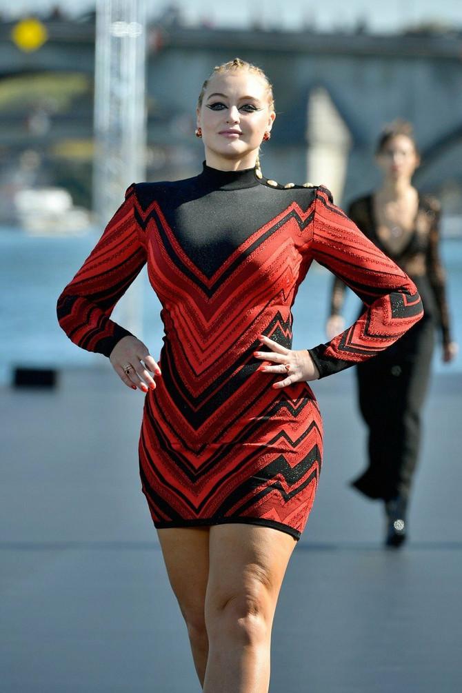 U crveno-crnoj haljini