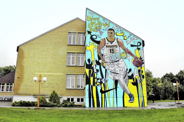 Mural je naslikan tako da gleda na terene na kojima je Nikola igrao, a i dalje igra basket