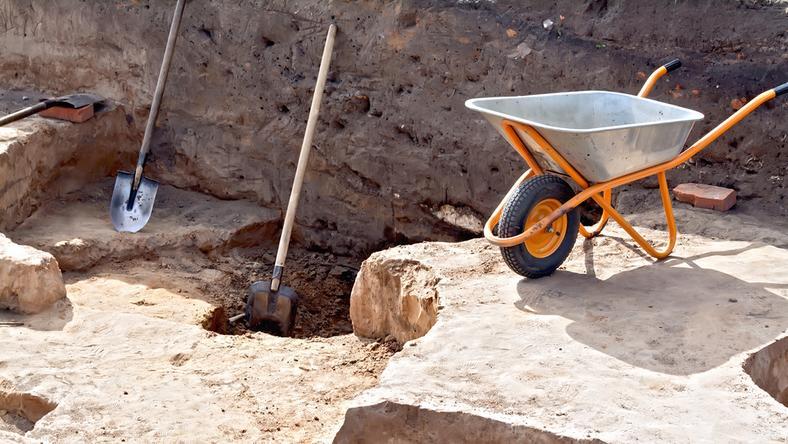 Z domem archeolodzy odkryli też pozostałości glinianego pieca oraz wiele zabytków ceramicznych i kamiennych