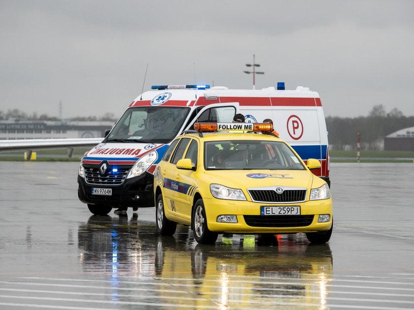 Karetka na płycie lotniska w Łodzi