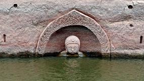 W Chinach jezioro odsłoniło posąg Buddy