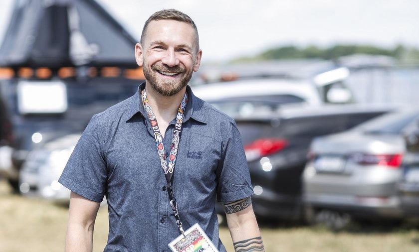 Przemysław Kossakowski pojawił się na Pol'and'Rock Festival 2021. Spał w namiocie na dachu auta