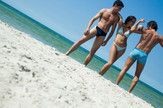 plaža muškarci žene momci devojke