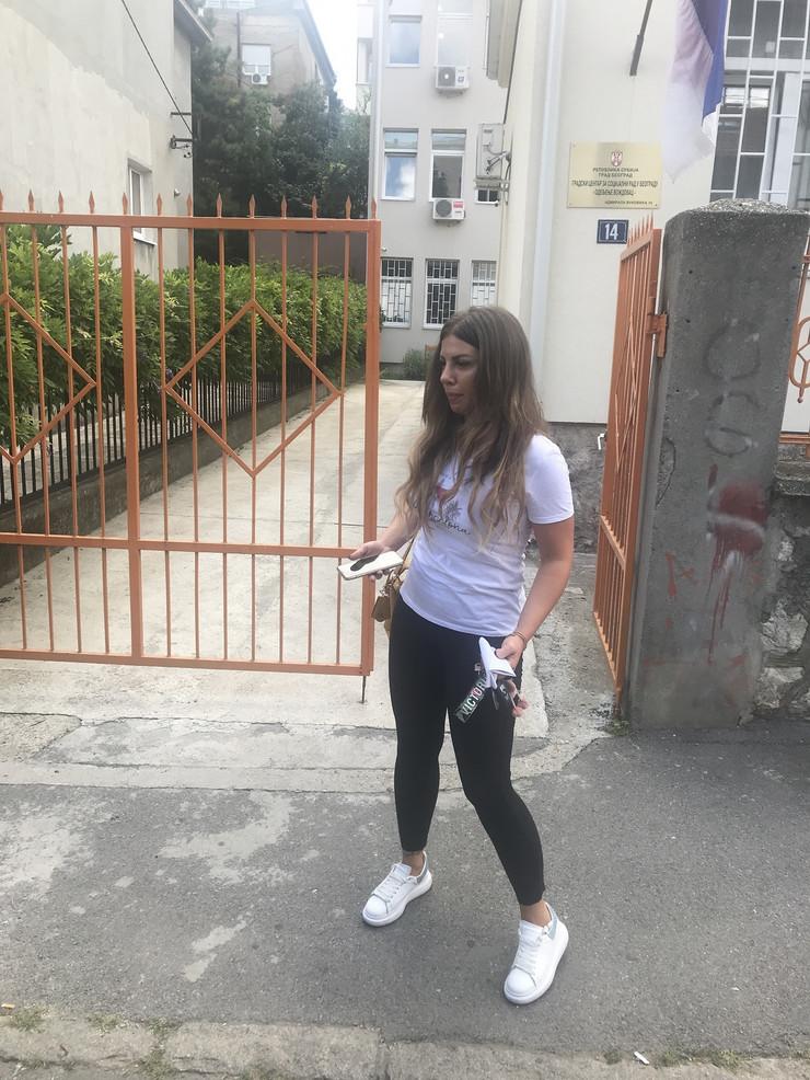 TUŽNA I NATEČENA Dragana Mitar došla u Centar za socijalni rad gde se BORI ZA SINA, njen izraz lica sve govori