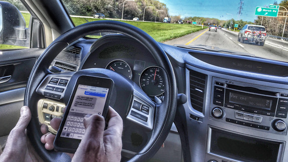 Korišćenje telefona tokom vožnje kažnjava se jako strogo