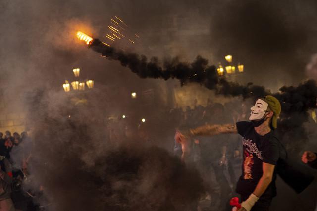 (FOTO) NEREDI U BARSELONI ZBOG RESTRIKCIJA: Demonstranti gađali policiju kamenicama i zapaljivim materijalima!
