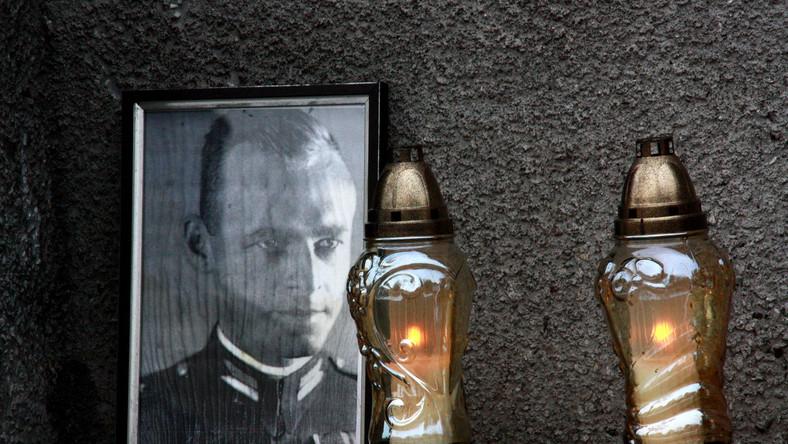 Zdjęcia rotmistrza Wtolda Pileckiego przed murem więzienia Warszawa-Mokotów przy ul. Rakowieckiej