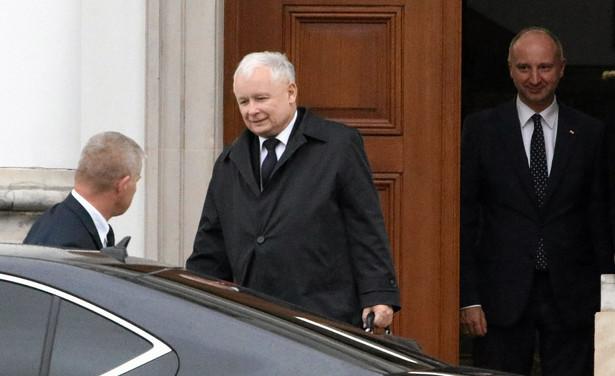 Kaczyński wychodzi ze spotkania z Andrzejem Dudą.