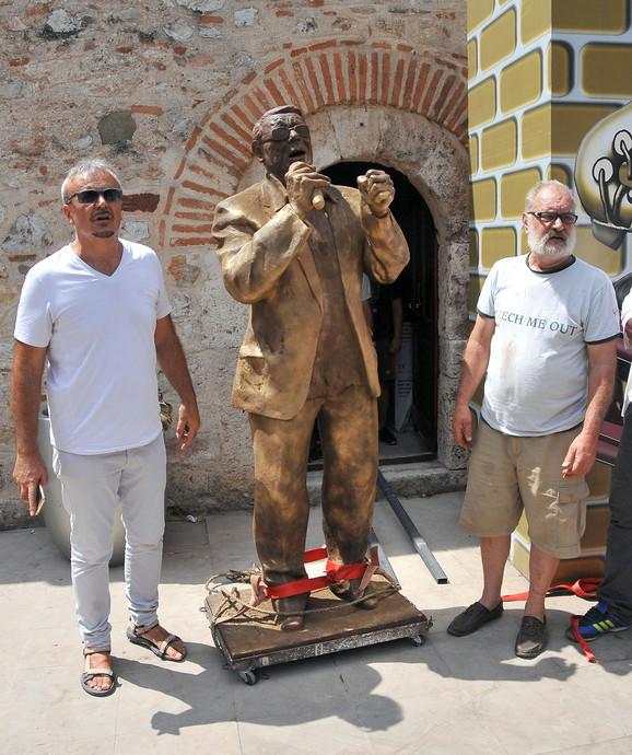 Direktor festivala Ivan Blagojević  i autor Šbanove biste Ašanin