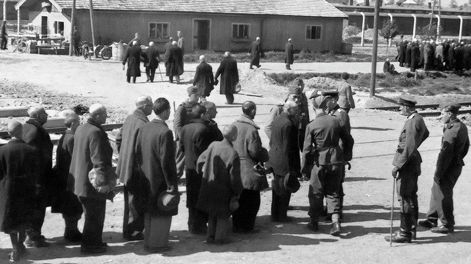 """Maj 1944. Żydzi z Rusi Podkarpackiej podczas """"selekcji"""" w Auschwitz-Birkenau. W tle osoby skierowane na lewo, do komór gazowych. Fot. Bernhard Walter lub Ernst Hofmann / Lili Jacob/ Fortepan"""