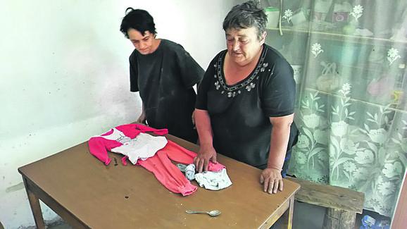Majka i baka pripremaju odelce za sahranu male Anđeline