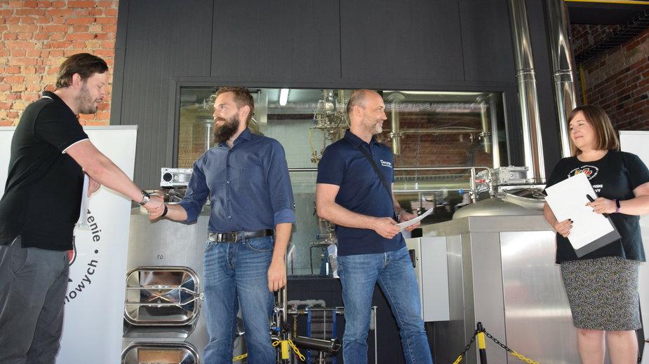 Andrzej Poturalski (drugi z lewej) odbiera główną nagrodę z rąk organizatorów konkursu